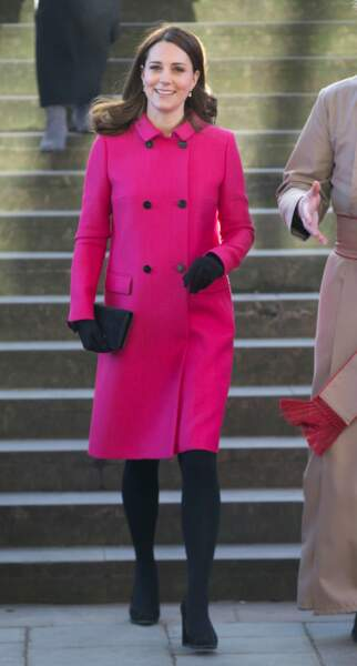 Kate Middleton en manteau fuchsia Mulberry, lors de la visite de la cathédrale de Coventry le 16 janvier 2018