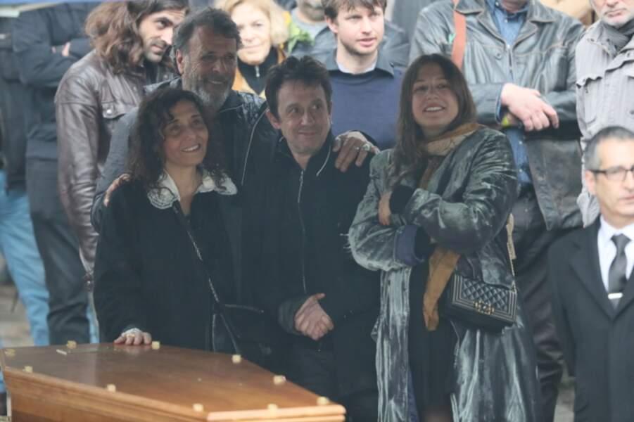 Eric Serra, Aziza Zakine , sa fille Izia Higelin lors des obsèques de Jacques Higelin au cimetière du Père Lachaise