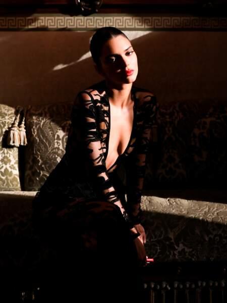 Iconique, la top internationale Kendall Jenner immortalise cette soirée dans un clair-obscur intense.