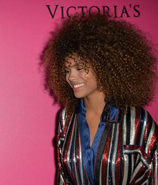 Les boucles afro de Tina Kunakey, mannequin et compagne de Vincent Cassel