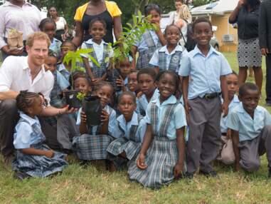 Le prince Harry proche des enfants lors de sa visite officielle
