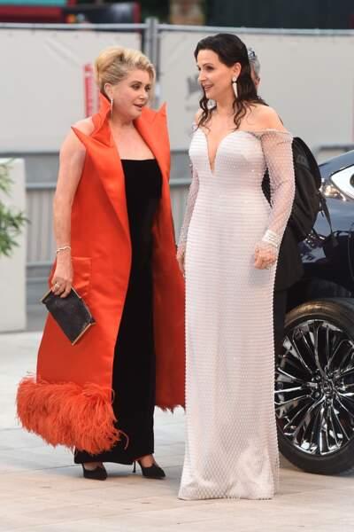 Accompagnée de Juliette Binoche, elle est apparue en robe noire sublime avec une cape rouge.