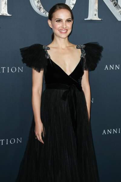 Natalie Portman radieuse dans une longue robe décolletée noire Valentino