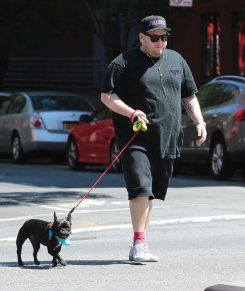 Jonah Hill et son chien Beanie dans les rues de New York au mois d'août.