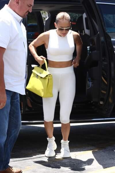 Tenue de sport blanche et moulante, avec son corps sculpté, Jennifer Lopez peut tout se permettre