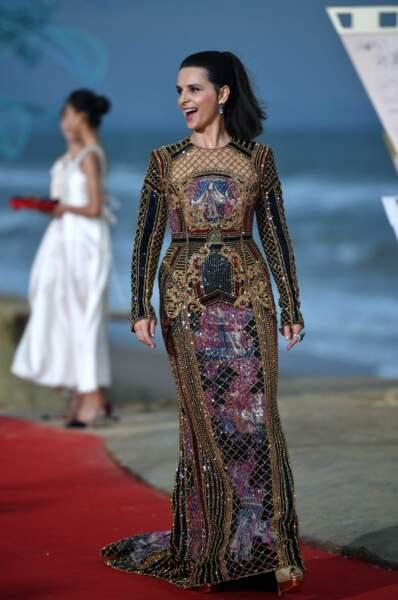 Incroyable Juliette Binoche portant une queue-de-cheval haute et une robe  longue Balmain très sophistiquée