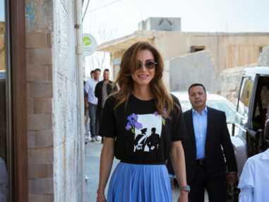 PHOTOS - Rania de Jordanie sculpturale en jupe plissée bleue