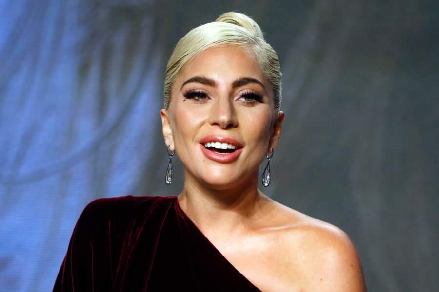 Lady Gaga mise sur la robe asymétrique pour un port de tête divin.