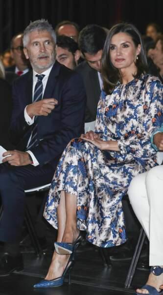 La reine Letizia portait également une paire d'escarpins bleus, assortis à sa robe
