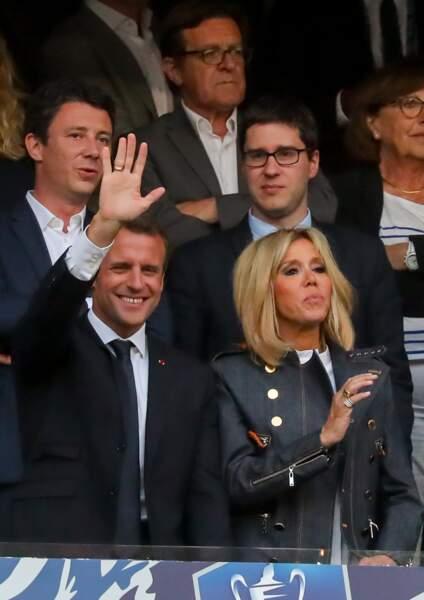 Emmanuel et Brigitte Macron saluant la foule