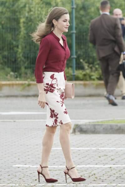 Floral dans sa jupe crayon à motifs et sa chemise lie-de-vin