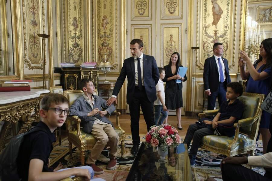 Le couple Macron leur donne des informations sur l'histoire du lieu.