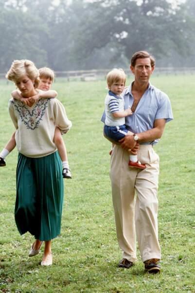 Le prince Charles et la princesse Diana avec leurs fils William et Harry dans les jardins de Highgrove en 1986