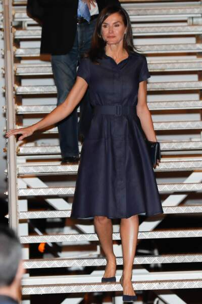 La reine Letizia d'Espagne en robe en jean Carolina Herrera au Mozambique le 28 avril 2019.