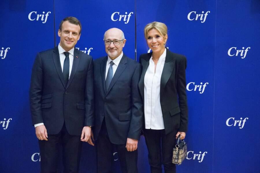 Brigitte Macron en tailleur noir et blouse blanche pour le dîner du CRIF