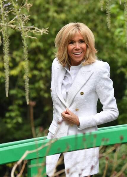 Brigitte Macron radieuse en veste longue blanche et un nouveau carré blond à Giverny
