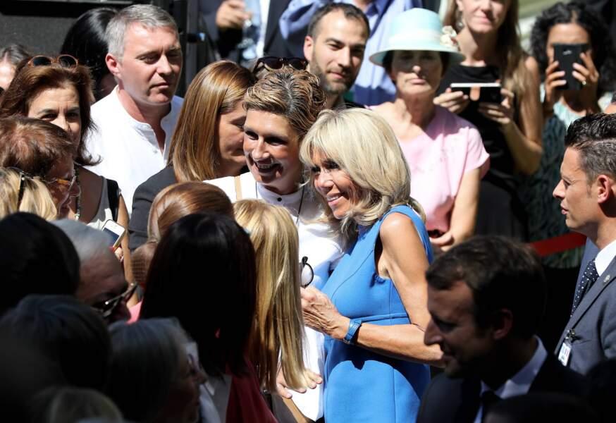 Brigitte Macron en robe fluide courte bleue Louis Vuitton