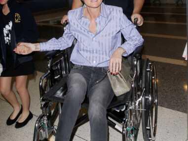Laeticia Hallyday en fauteuil roulant à l'aéroport de Los Angeles