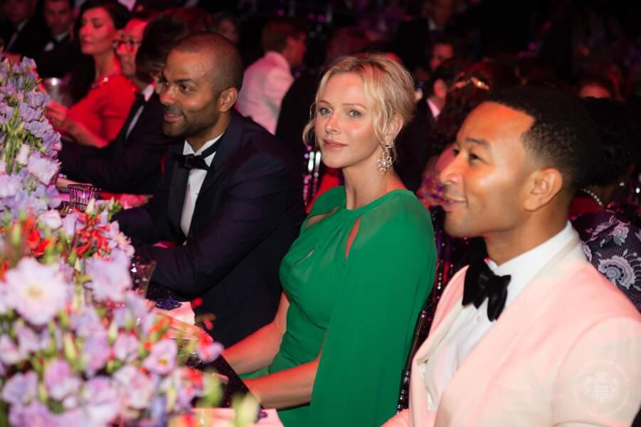 Charlene de Monaco était entourée de Tony Parker et John Legend lors du Gala de la Croix-Rouge