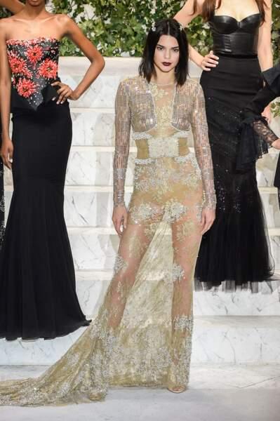 """Kendall Jenner assume son carré court au défilé """"La Perla"""" lors de la New-York Fashion Week 2017"""