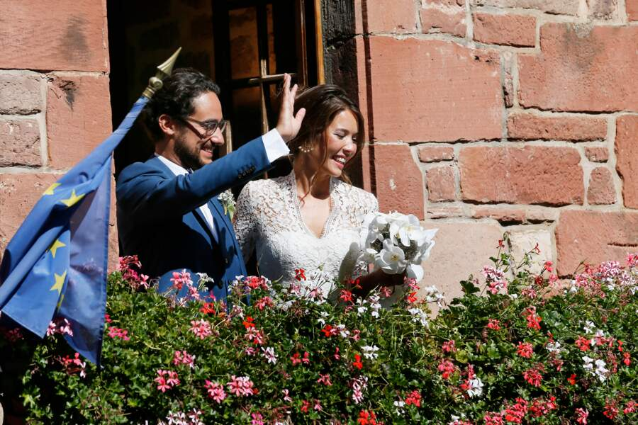 Les mariés saluant au balcon de la mairie.