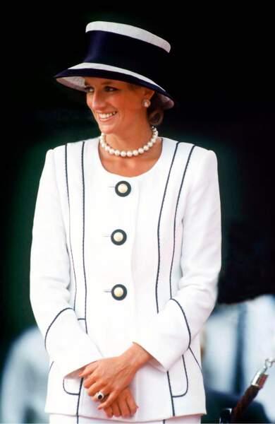 Chapeau XXL de Philip Sommerville et silhouette graphique Tomasz Starsewsk, Diana est radieuse en blanc