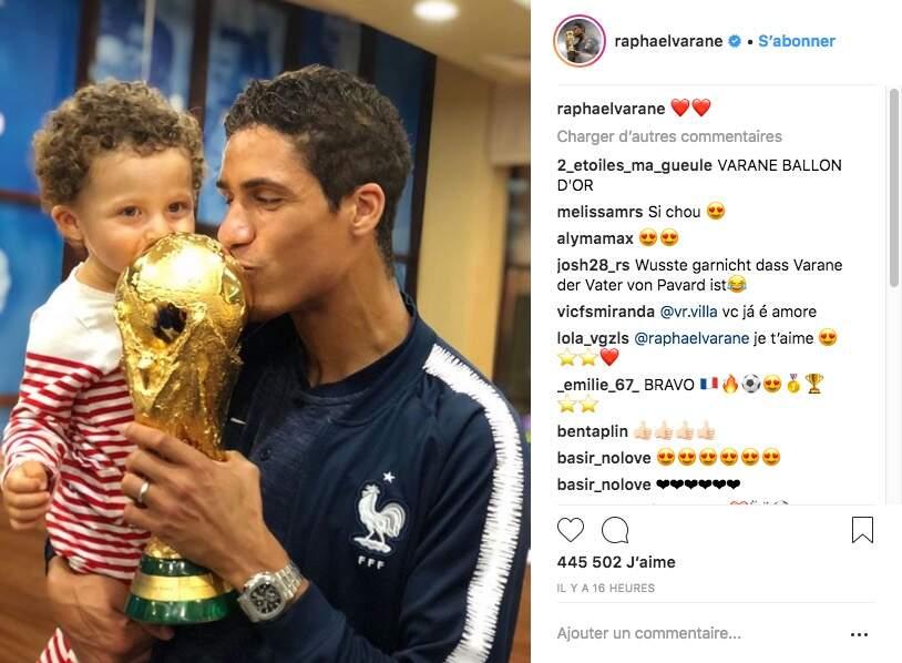Raphaël Varane et son fils Ruben embrassent tous les deux le trophée dans les vestiaires de la Coupe du monde