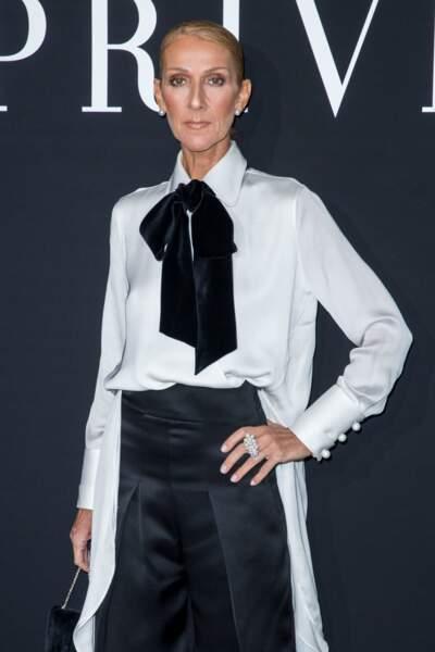 Celine Dion ultra chic avec un col lavallière en velours sur une chemise blanche