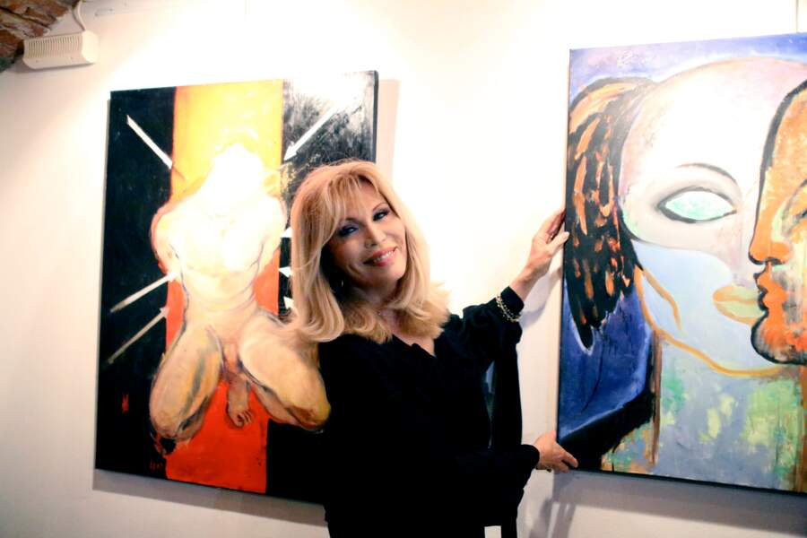 Exposant ses peintures à Milan, en 2012.