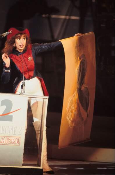 """En 1988, Anémone, récompensée pour """"Le grand chemin"""", débarque sur scène en costume révolutionnaire"""
