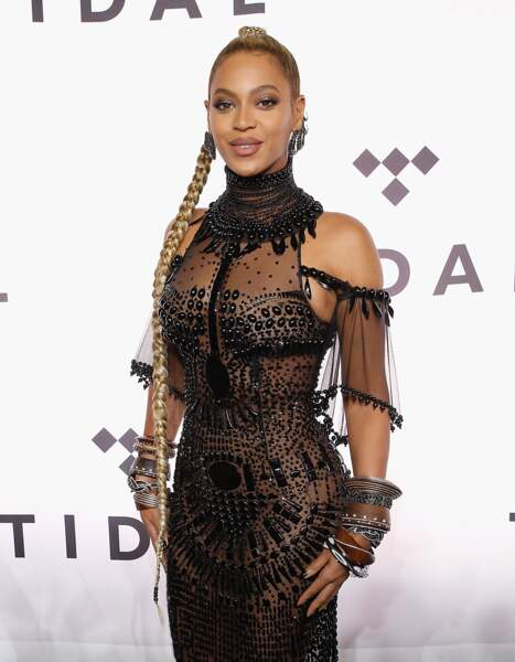 Allure de princesse tribale avec cette tresse de côté et cette robe très dark