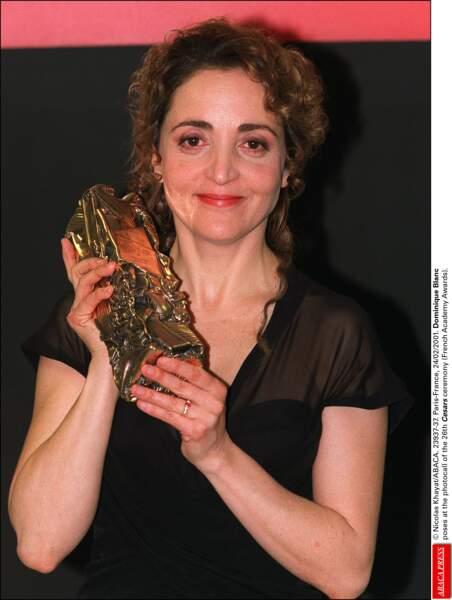 """Dominique Blanc pose avec le César de la meilleure actrice pour """"Stand-by"""" (2001)"""