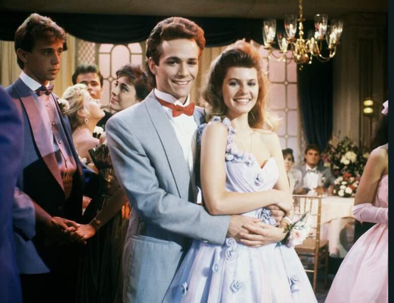 "Luke Perry dans la série ""Loving"" (1987), avec sa partenaire Alexandra Wilson"