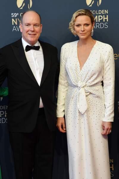 Albert II et Charlene de Monaco, souriants sur le tapis rouge du Festival de Monte Carlo le 18 juin