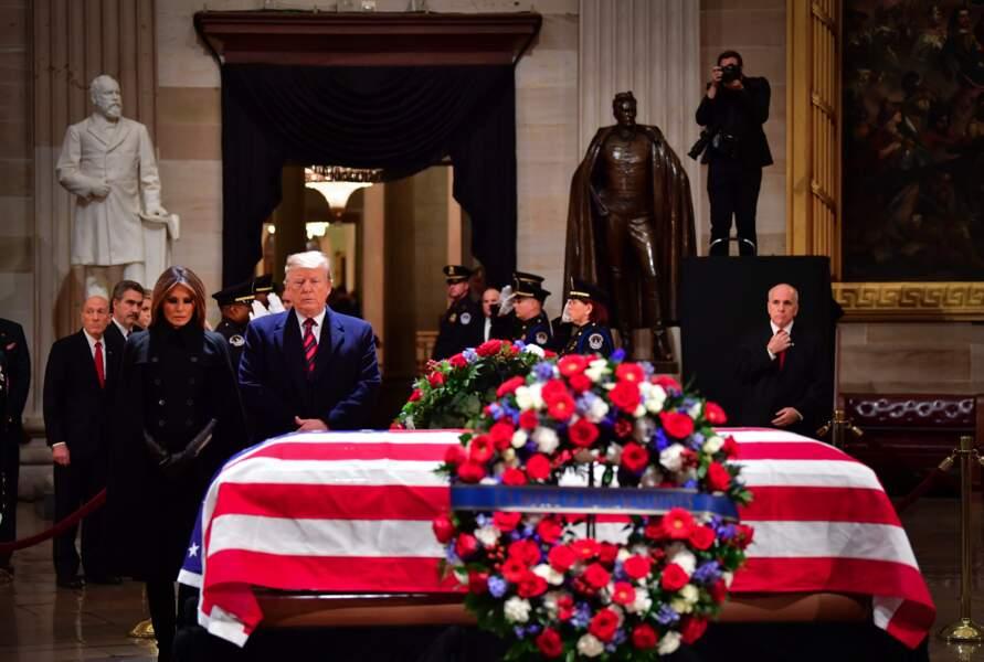 Le président américain a fait un salut militaire, puis le couple est reparti.