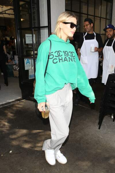 Hailey Baldwin, désormais Bieber, opte pour un sweat vert menthe oversized.