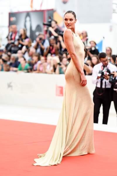 Candice Swanepoel sublimissime en robe près du corps
