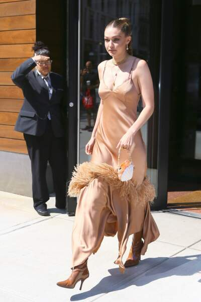 Gigi Hadid portait une robe très légère en satin signée Michael Kors