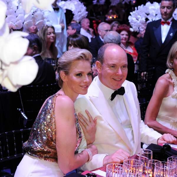 La princesse Charlène au bras du prince Albert, lors du bal de la Croix Rouge de Monaco, en 2012
