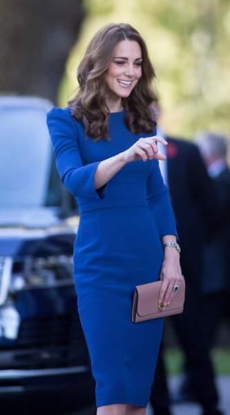Kate Middleton en robe Jenny Packham et pochette Mulberry, visite l'Imperial War Museum le 31 octobre 2018