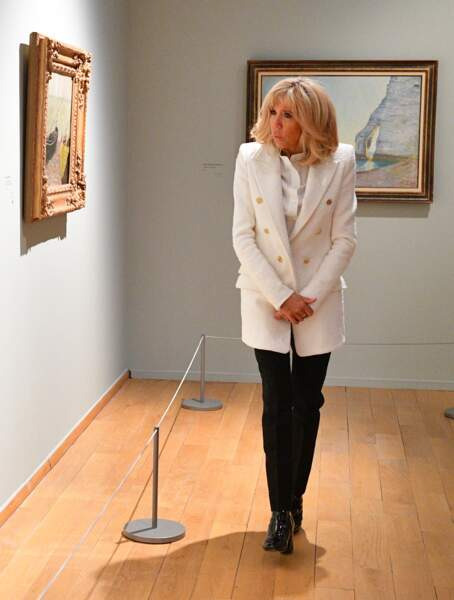 Brigitte Macron élégante en noir et blanc avec ses cheveux blonds dotés de nuances cuivrées