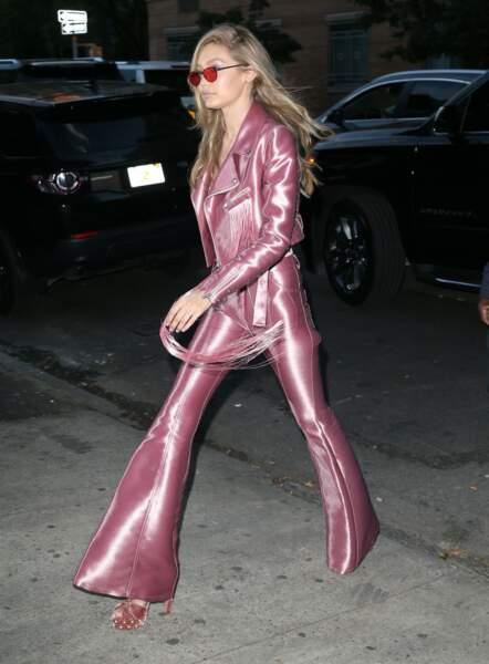 Gigi Hadid, elle, sublime en rose le soir, métallisé et super ajusté, ultra élégant !