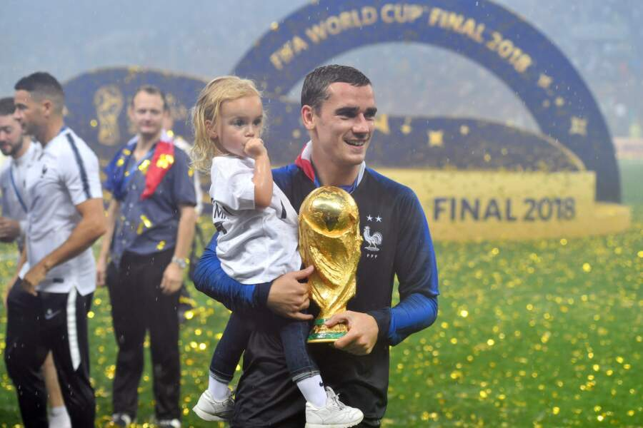 Antoine Griezmann a célébré la victoire des Bleus dans les bras de sa fille Mia