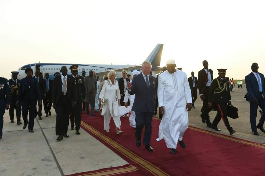 Camilla et le prince Charles, à l'aéroport de Banjul, en Gambie, le 31 octobre 2018.