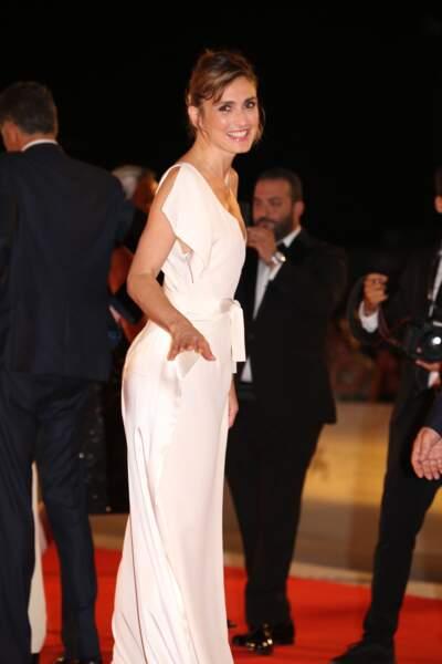 Julie Gayet très souriante et chic en robe blanche