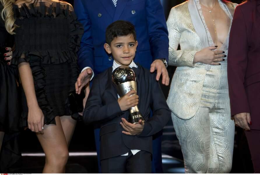 Crisitano Junior, très fier de porter le trophée de son papa