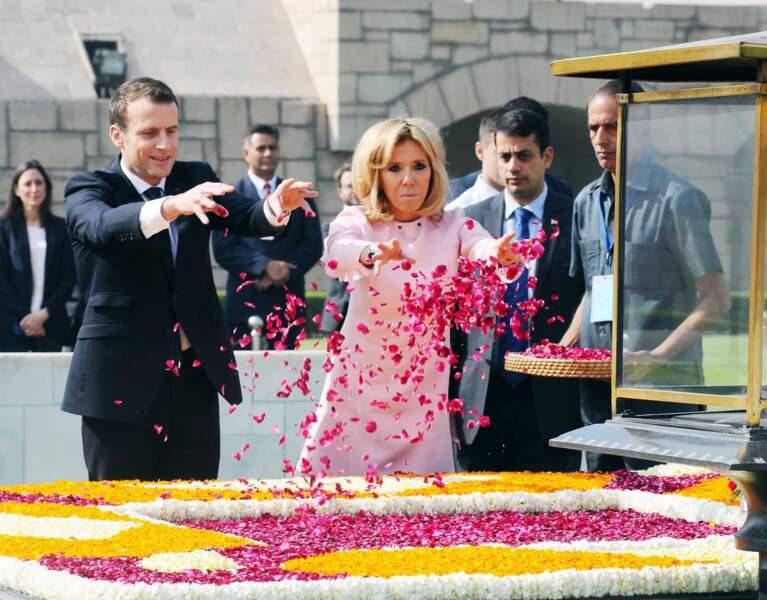 Le président Macron et sa femme Brigitte lors de la cérémonie d'hommage à Gandhi à Raj Ghat, New Delhi