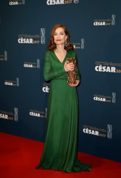 """Isabelle Huppert, en robe Dior Haute Couture et bijoux Chopard, récompensée pour le film """"Elle"""" en 2017"""