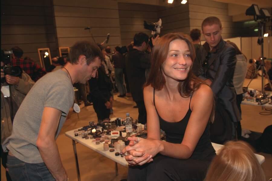 Naturelle en petite robe noire à fines bretelles, dans les coulisses du défilé Dior 1998