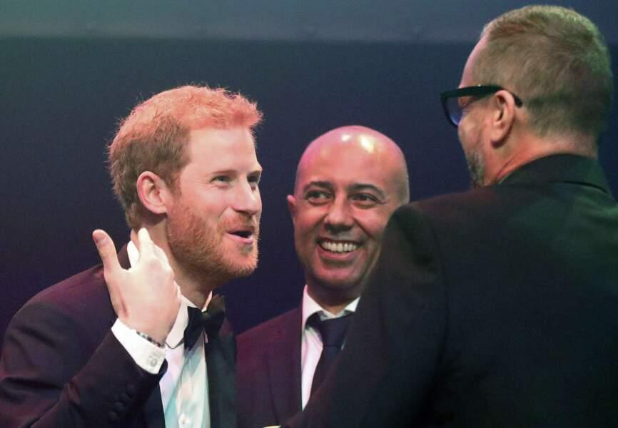 Le prince plaisantant avec les organisateurs quelques minutes avant de rendre hommage à l'engagement de sa mère.